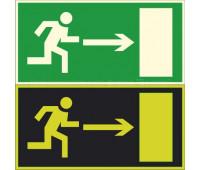 """Эвакуационный знак """"Направление к выходу"""" направо Е 03 на фотолюминесцентной пленке на ПВХ основании"""